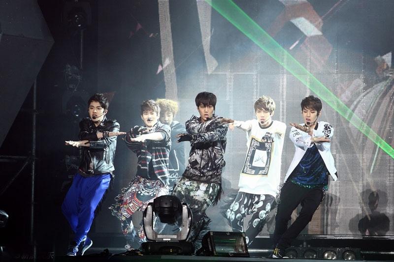 SM新人组合EXO-K正式出道 首尔演出引爆激情