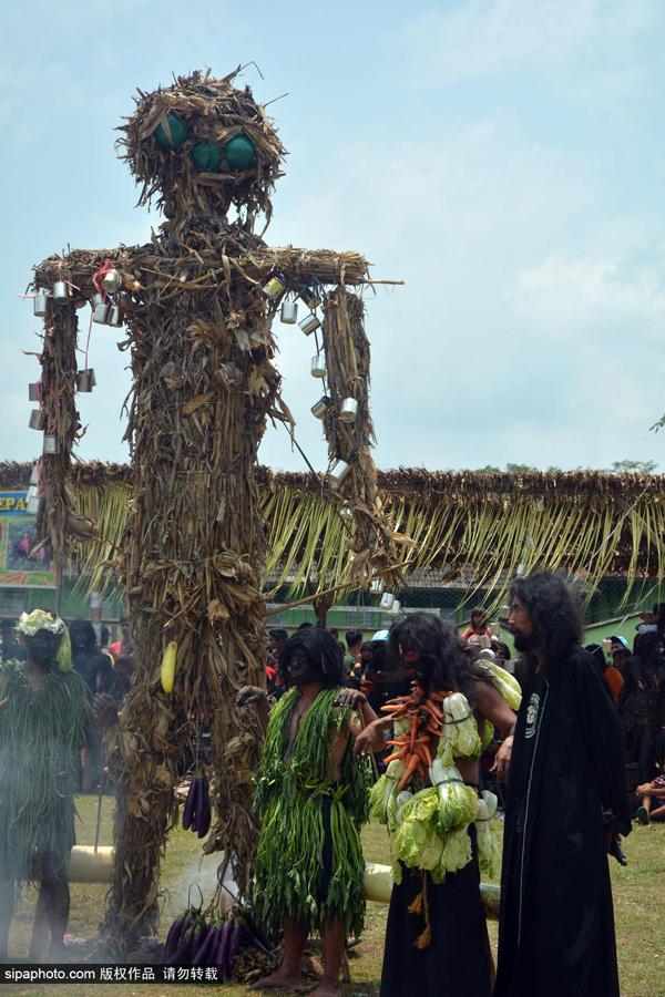 爪哇岛村民涂黑脸扎草人庆祝伊历新年