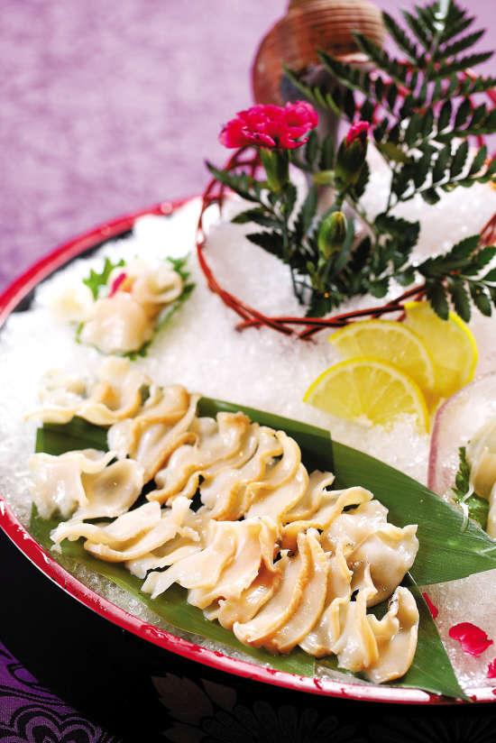 """俄罗斯响螺刺身 广东人的餐桌上从来不缺来自五湖四海的海鲜,甜美清鲜的海鲜河鲜、跨洋过海而来的冰鲜,轮番上阵,各出奇招。正是""""不是猛龙不过江"""",最近进口的海产又有新品种,而且全是块头大、分量重的家伙。无论是俄罗斯蟹还是加拿大虾,甚至是北海道鱼,都被大厨将其化整为零,制造出一顿精致美味的海鲜大餐。 A 执行实验室标准的海鲜量贩场 踏入齐富路""""环球渔夫海鲜酒楼""""的一刻,就像进入了一个小型海鲜展馆。海鲜缸中的过百款环球海鲜,有许多连普通厨师都认不全。其中光是法国和"""