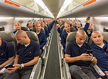 自拍新高度 机舱内玩百人分身照