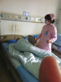 护士给亮亮打针,亮亮使劲地用被子把自己裹起来。