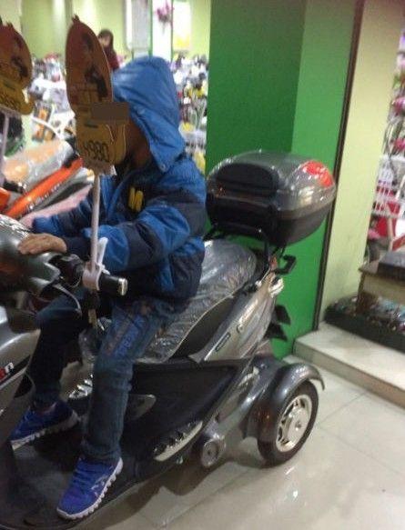 """""""土豪""""小男孩正骑着电动车(网图)"""