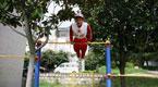 云南88岁抗战老兵身体硬朗 单双杠上轻松攀爬