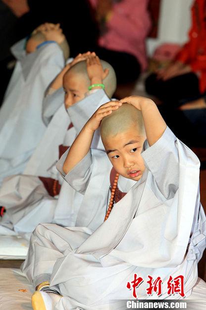 韩国小和尚出家仪式 表情欢乐超级搞怪
