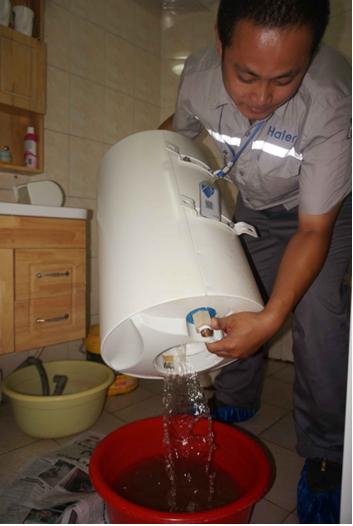女士参加了由海尔热水器和青岛新闻网共同发起的热水器内胆清洗的活动