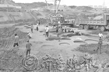 施工现场发现的陶片.张晓鹏摄-青岛一工地开工前未勘查 东周古墓文