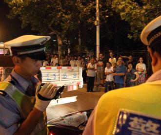菏泽交警繁华路段集中夜查 众多市民围观