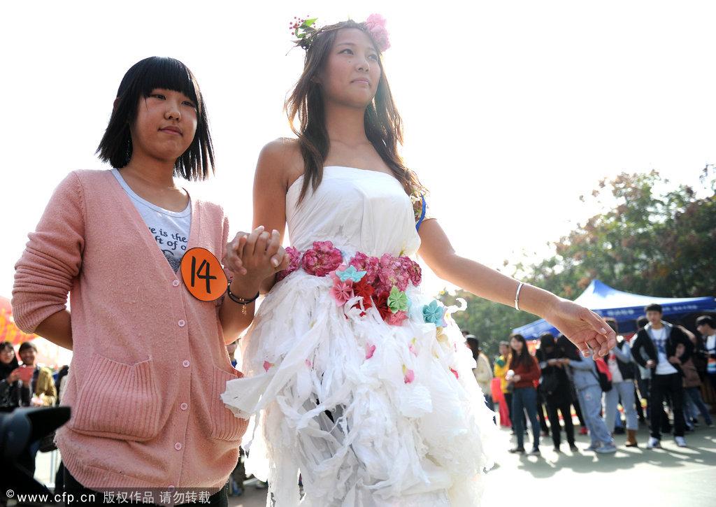 武汉大学生用卫生纸制作创意婚服 融入中国风