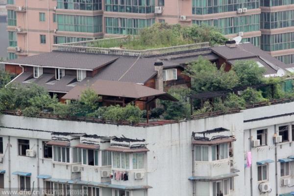 """近日,有武汉市民反映,江岸区一栋12层居民楼顶藏着两层楼的""""空"""