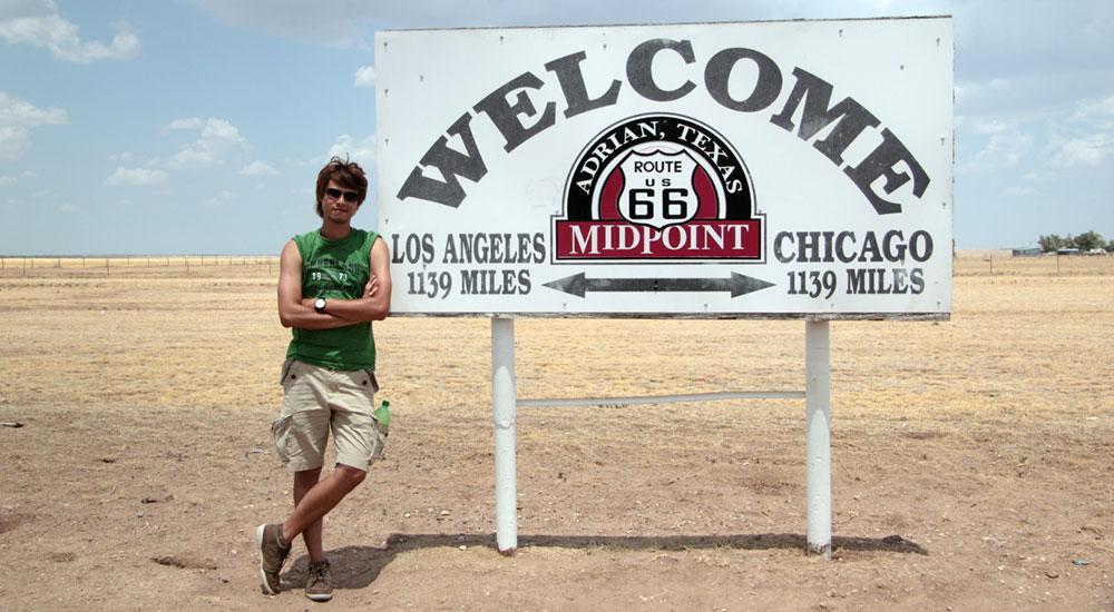 """位于德州的66号公路中断,在这里,往左走是芝加哥,往右走是洛杉矶。"""""""