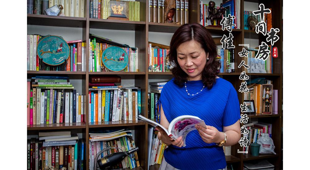 """傅佳,一位教龄20多年的英语教师。人到中年的她却过着比年轻人还时尚的生活。她热爱阅读,不仅自己寻觅好书,把书房堆得满满当当,还乐于分享。如今,傅佳已拥有三个微信公众号,定期推送原创文章,已吸引粉丝8000多人,除此之外,她还是去年""""南京市十佳市民记者""""。"""