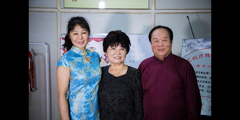 徐春华和朋友英荣华以及徒弟梁晓岚接受凤凰江苏专访。