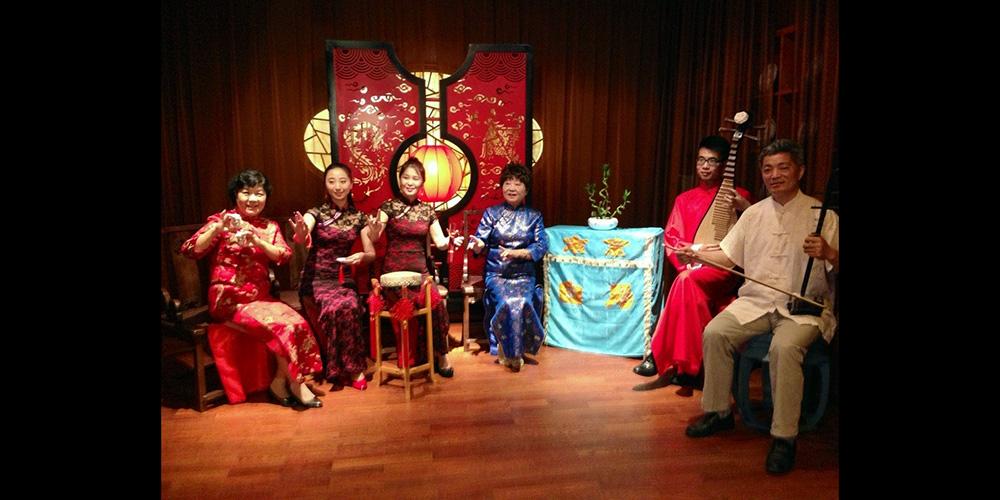 徐春华和徒弟们一起表演白局。
