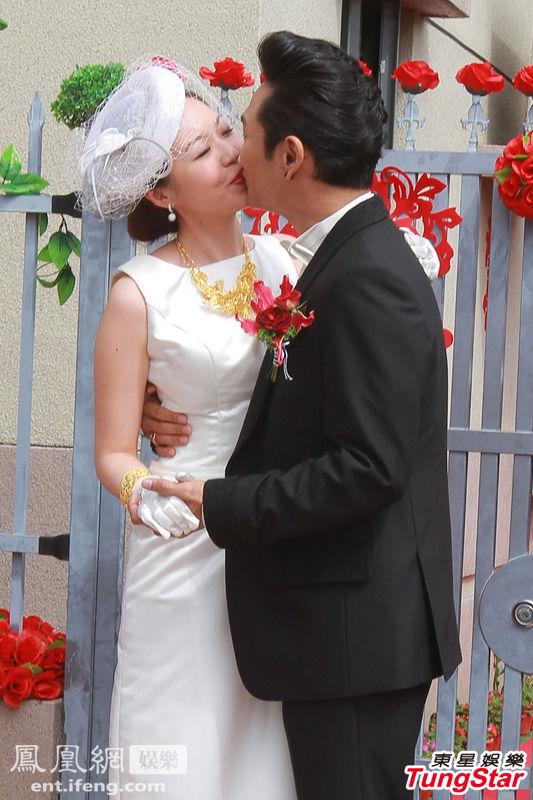 2012年11月11日,杜德伟香港大婚,伴郎钟镇涛率先曝光了豪华兄弟团,成员有梁朝伟、吕方、钟镇涛等。虽然同日郭晶晶霍启刚的世纪婚礼更为轰动,但是杜德伟的豪华兄弟团丝毫不逊色。图为杜德伟亲吻新娘Ice。