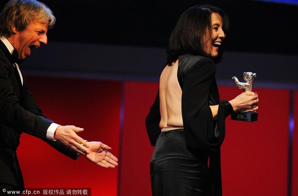 当地时间2月16日,德国柏林,第63届柏林电影节颁奖礼现场,女星帕琳娜-加西亚荣升本次电影节新晋影后,她在寒冷的天气里,裸背装亮相秀性感,让主持人大为惊叹。