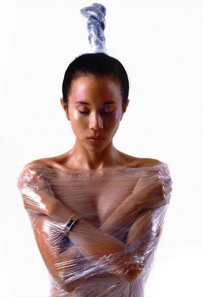 保鲜膜的包裹让营造视觉窒息感