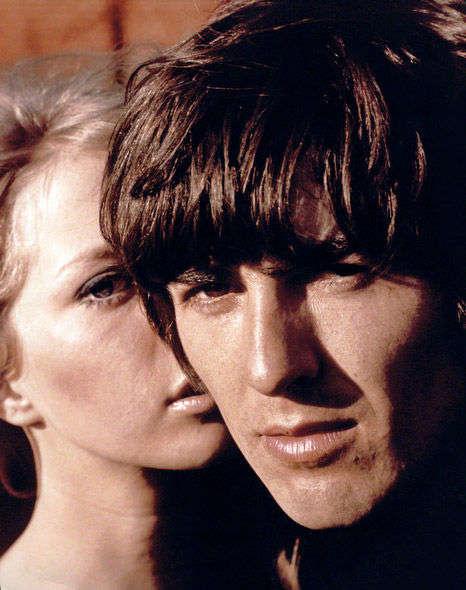 1965年,乔治·哈里森与当时的女朋友后来的妻子帕蒂·博伊德在一起.