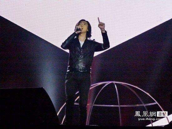 侯磊受邀出席卫视跨年演唱会 新歌获热播跃榜单前列