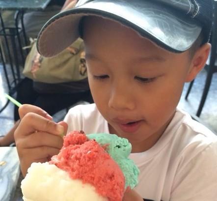 歌手孙悦通过微博晒于儿子在英国度假生活照