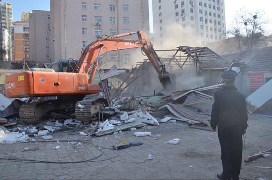 青岛:挖掘机上阵 近万平方米违建将陆续拆除