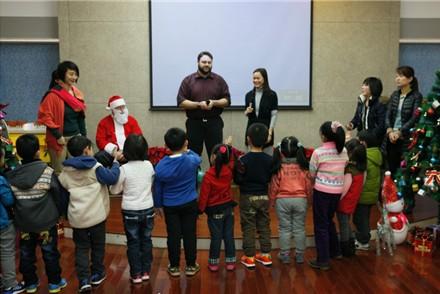 幼儿园圣诞节举办趣味英语派对