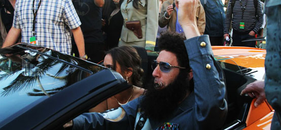 65届戛纳电影节 《独裁者》男星亮相戛纳街头 抽雪茄开跑车引围观