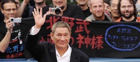 《极恶非道2》首映北野武走红毯 狂热粉丝求签名