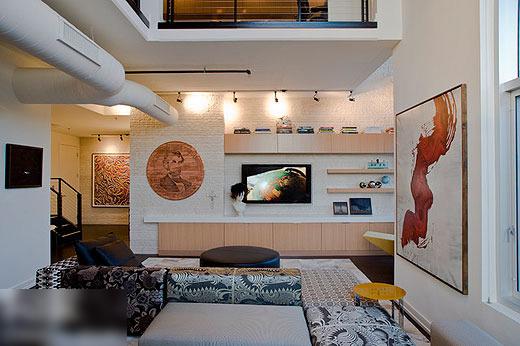 电视背景墙的设计,创意的结合了隔断,电视墙是一面独立在墙壁外的白色