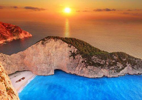 """沉船湾有着""""天堂之岛""""的美誉,且只能乘船前往."""
