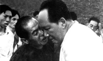 珍贵的毛泽东为母亲扫墓照:独自躬身除杂草 表情凝重