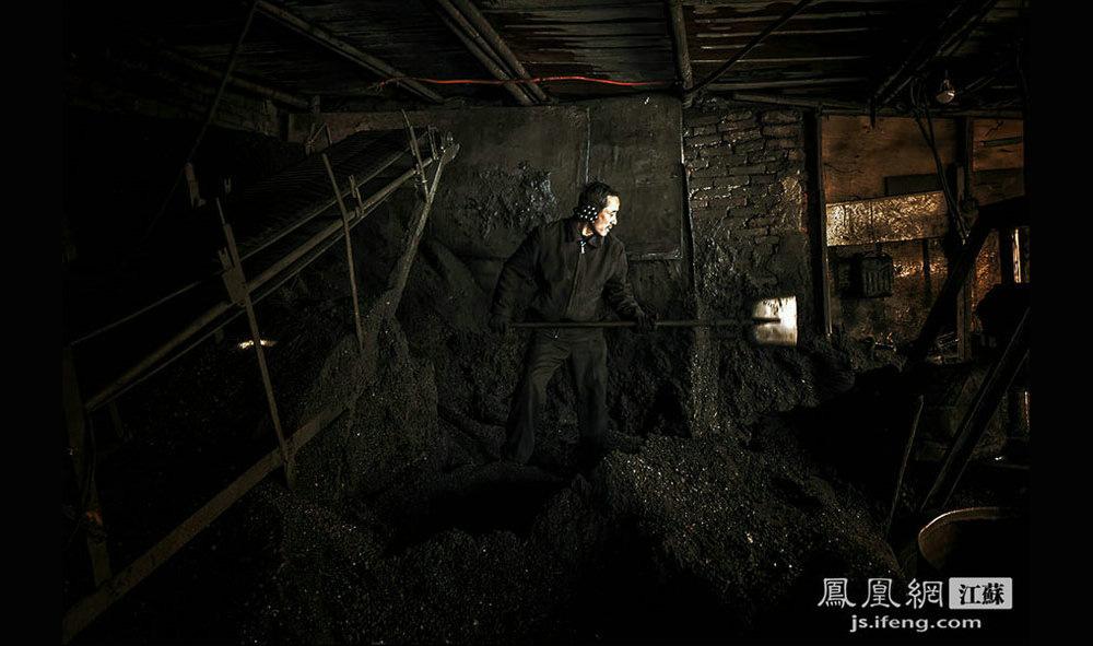 乙师傅在打煤。乙师傅今年52岁,来自安徽淮北,27岁来南京做送煤工。虽然负责送煤,但打煤的技术却比较好,他主要负责给三牌楼附近的饭店送煤。(黄埔7号影像俱乐部/图 胥大伟/文)