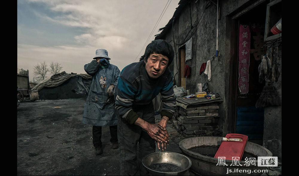 煤厂的工人每天赚五六十元左右,原先跟随姚老板做煤基的工人约有一百多个,现在只剩十几个人。生产蜂窝煤的工作又脏又累,每次干完活,洗完手的水总是乌黑乌黑的。(黄埔7号影像俱乐部/图 胥大伟/文)