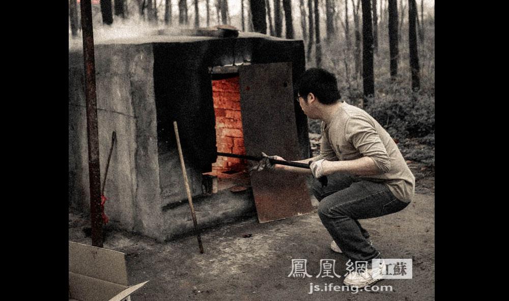 """焚烧中途Z先生翻动宠物尸体以助彻底焚烧。他说,上海和北京已经建立了规模化的宠物殡葬机构,而在南京处境依然尴尬。""""市场就那么点大,很多人都没有这个意识。""""三年来他接触的宠物主人大部分来自南京,马鞍山、芜湖、镇江、扬州也有。(凤凰网江苏--王剑/图)"""