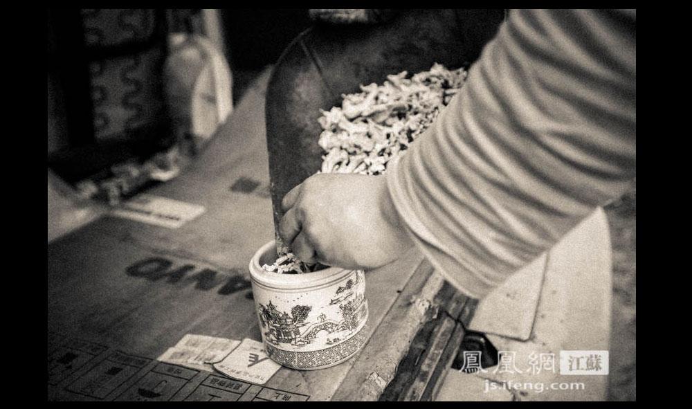Z先生将骨灰装入一个青花瓷罐。(凤凰网江苏--王剑/图)