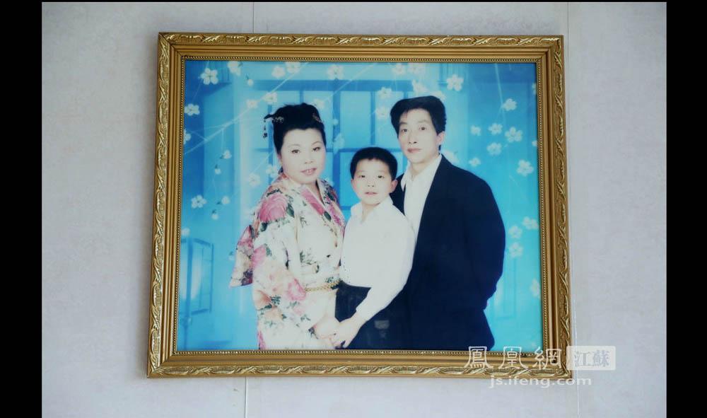 于志国发病前拍的全家福。他说自己早年命运坎坷,37岁才结婚。(彭铭/摄 胥大伟/文)