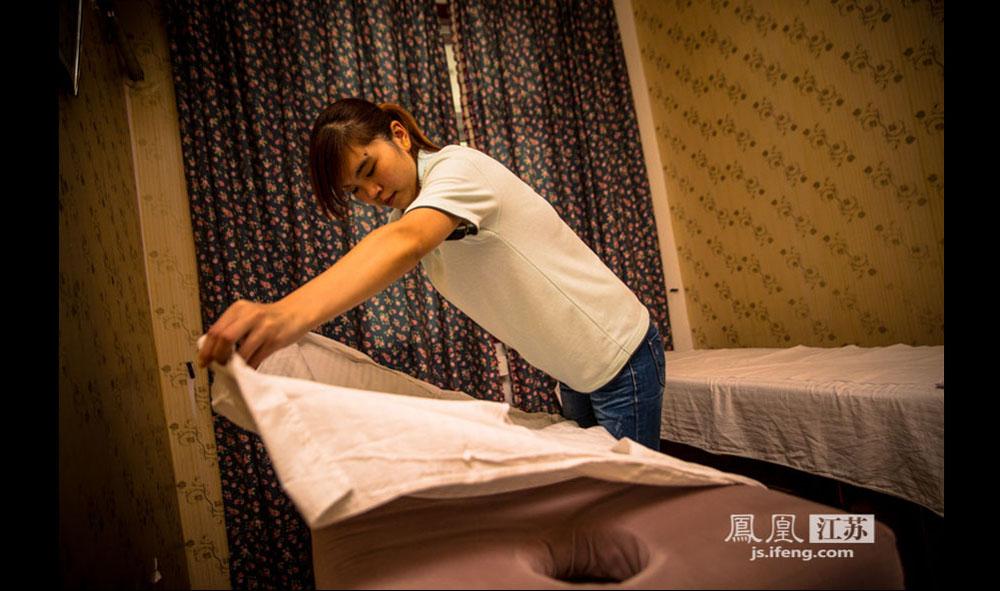 董小良是个90年出生的姑娘,来自连云港,在按摩中心算年纪比较小的医师。这里的垫单必须每日更换,以保证卫生。(彭铭/摄 胥大伟/文)