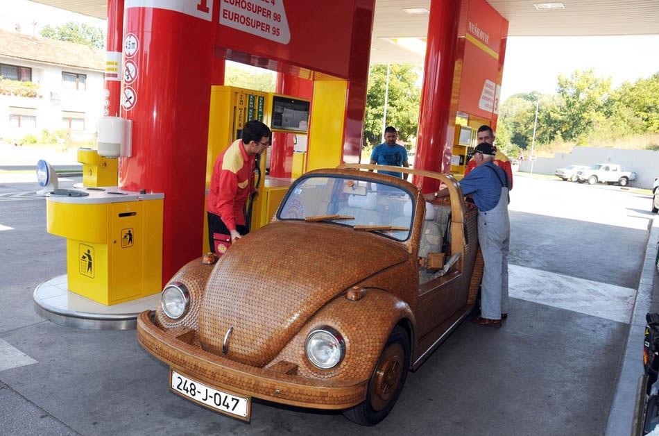 """这辆木质""""甲壳虫""""虽然不是参展车,锋头却盖过车展中的所有车辆."""