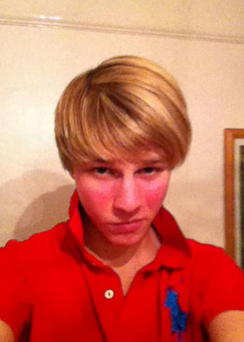 周刊报道,英国19岁男孩丹尼·鲍曼疯狂沉迷于自拍,曾为了拍一张