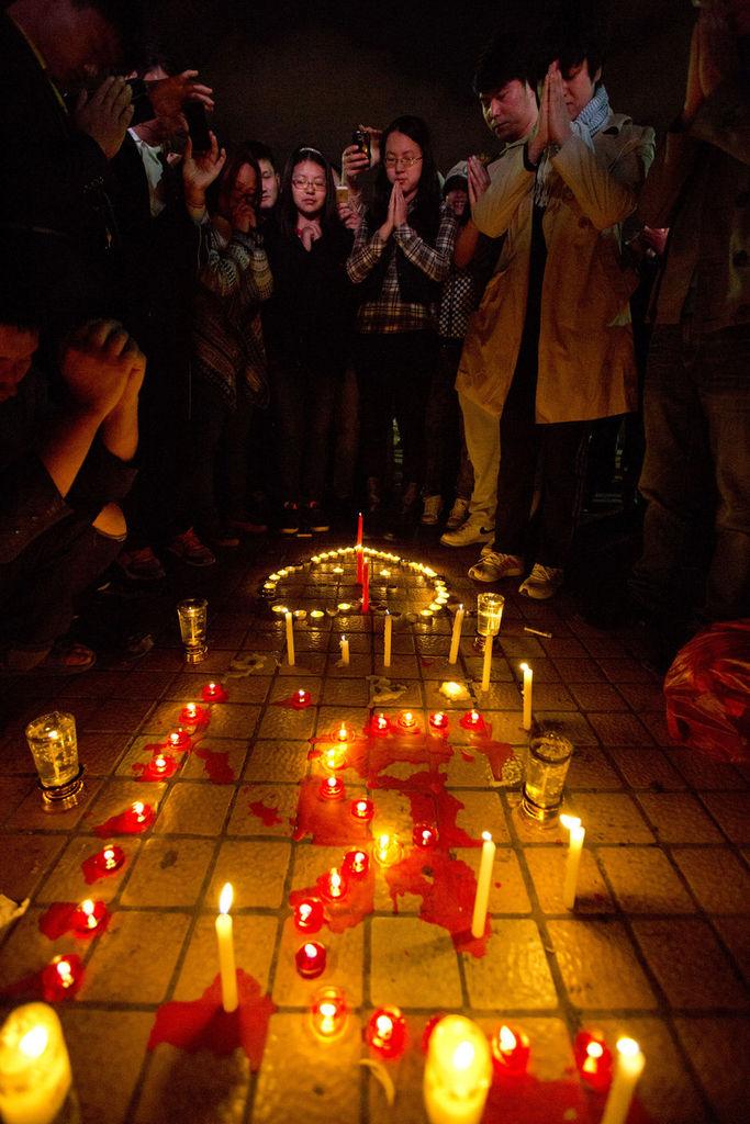 2014年3月2日晚,云南省昆明市火车站广场,市民自发举行烛光仪式悼念遇难者。