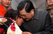 胡锦涛看望玉树地震受伤藏族女孩