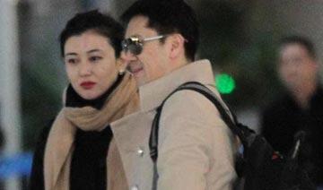 44岁蔡国庆与美女同伴现身机场被拍
