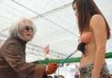 老书法家在女模特身上挥毫泼墨