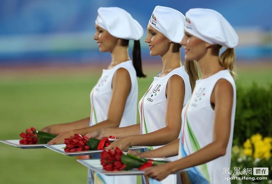 大运会美丽礼仪笑容动人 俄美女站姿挺拔