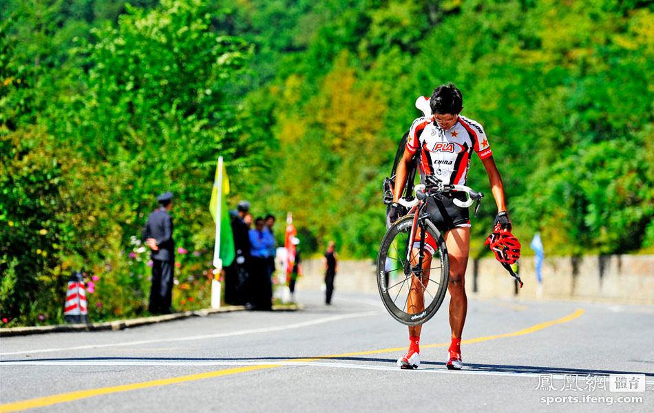 自行车男子公路个人赛 解放军选手扛车走回终点