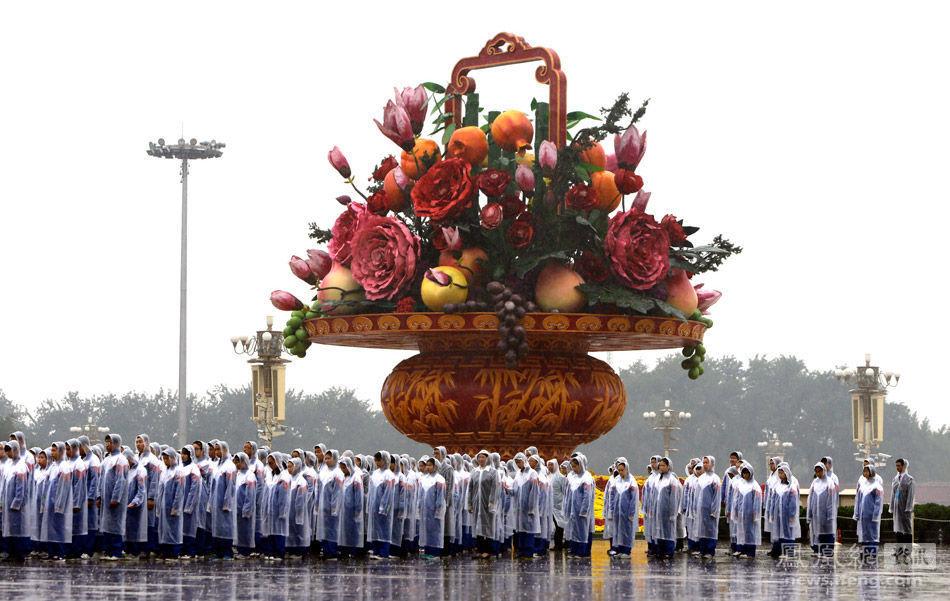 七常委淋雨向人民英雄纪念碑默哀 - 人在上海    - 中華日报Chinadaily