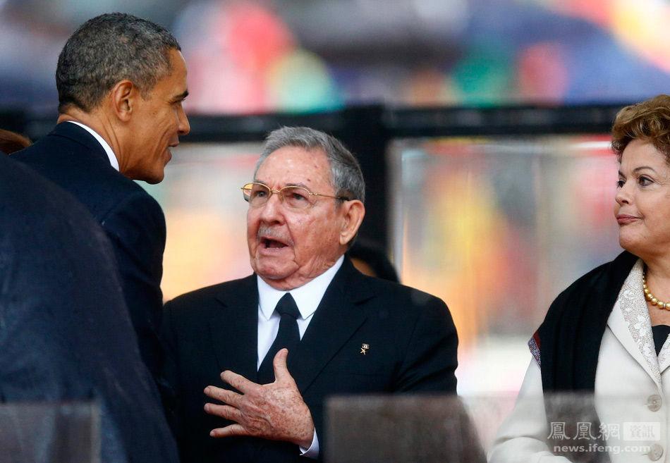 奥巴马与古巴现任总统劳尔·卡斯特罗握手相互致意.-曼德拉追悼会