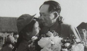 毛泽东罕见面露悲伤照:接见志愿军归国代表