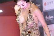 韩国女星红毯抢镜招数