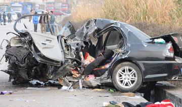 广西对撞车祸:轿车2人当场死亡、中巴侧翻