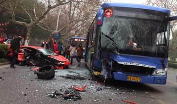 合肥一兰博基尼与公交车相撞